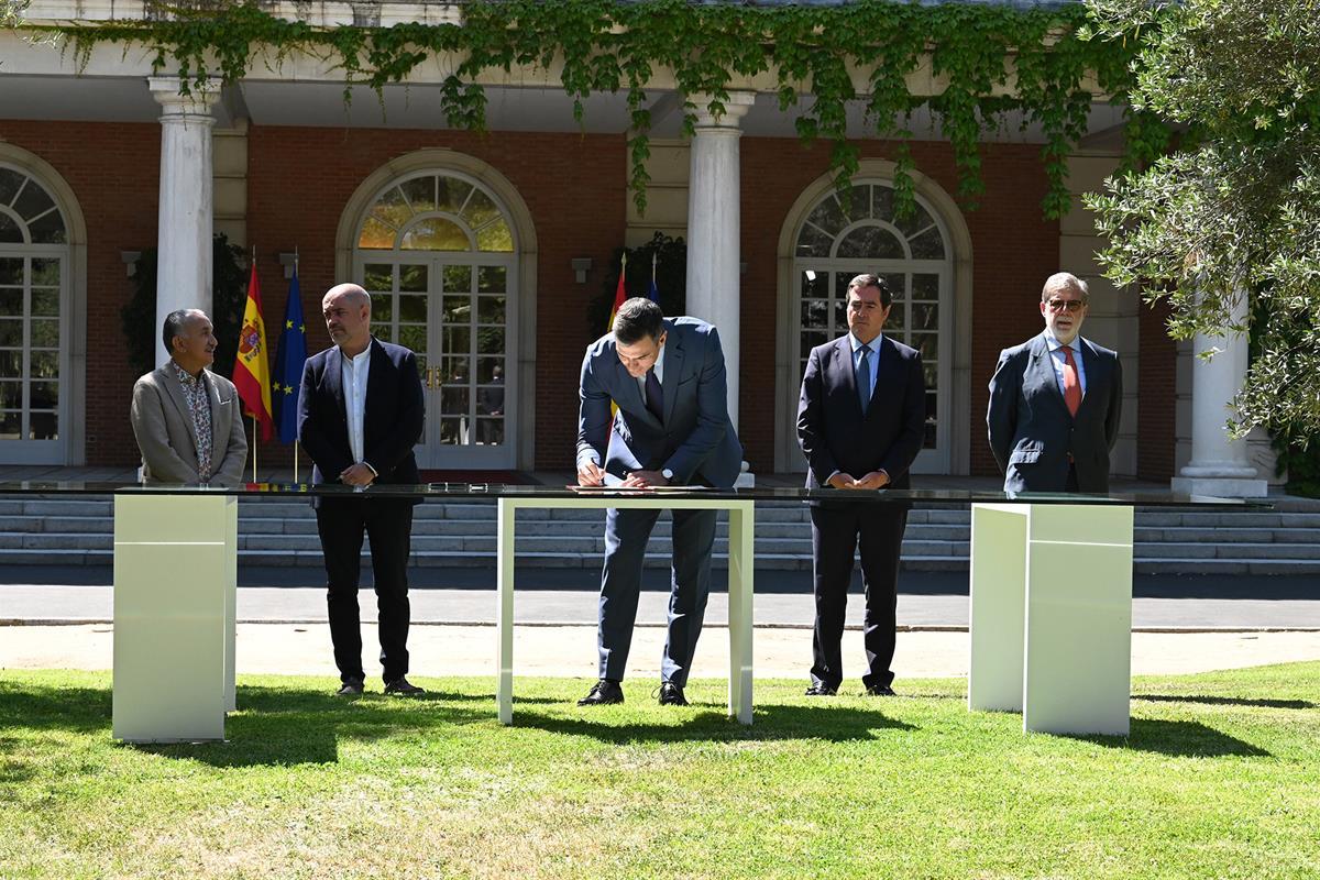 Sánchez preside la firma del acuerdo para reforzar el sistema público de pensionesLa Moncloa