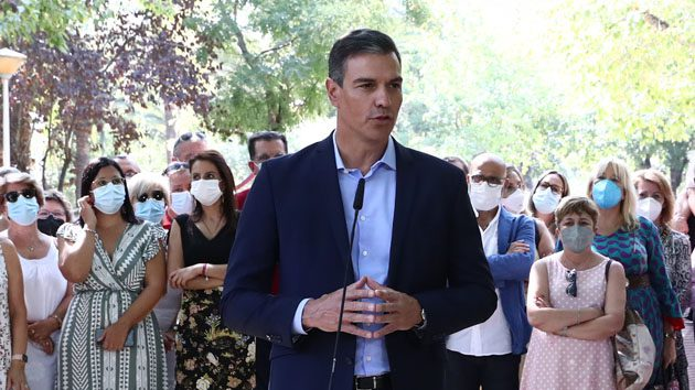 Pedro Sánchez durante las declaraciones realizadas tras visitar el Hogar de Mayores de Navalmoral de la Mata